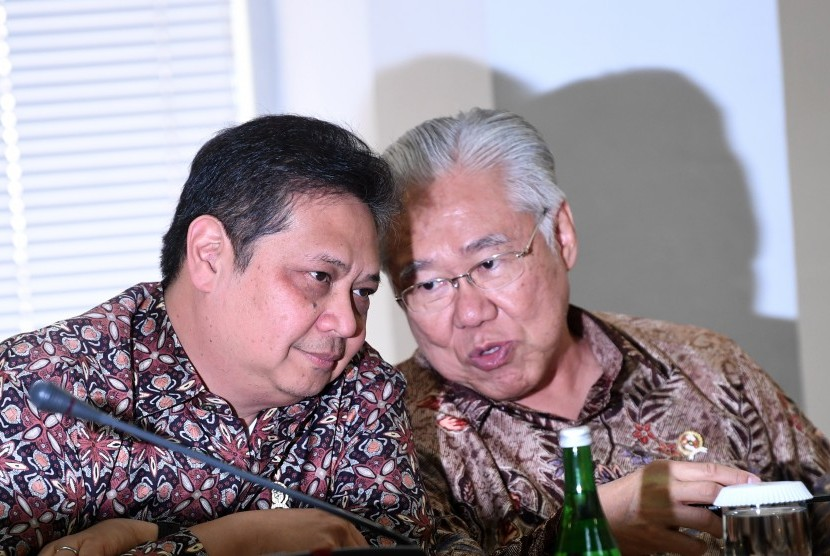 Menteri Perindustrian Airlangga Hartarto (kiri) berdiskusi dengan Menteri Perdagangan Enggartiasto Lukita sebelum mengikuti rapat kabinet terbatas di Kantor Presiden, Jakarta, Senin (12/8/2019).