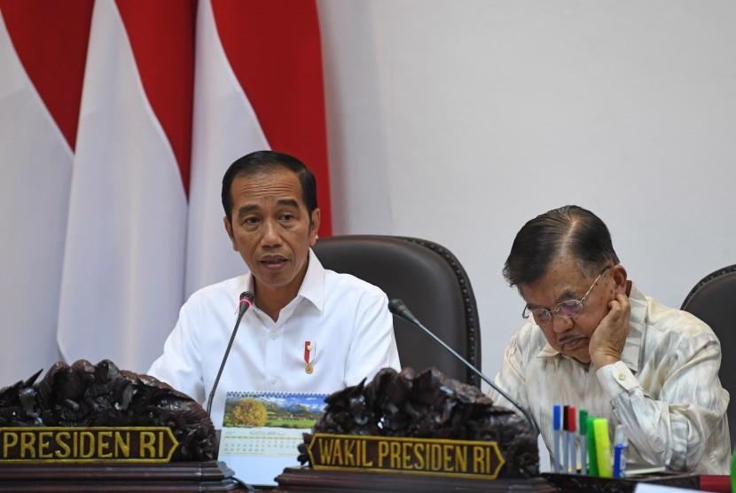 Presiden Joko Widodo (kiri) didampingi Wakil Presiden Jusuf Kalla (kanan) memimpin rapat kabinet terbatas di Kantor Presiden, Jakarta, Senin (12/8/2019).