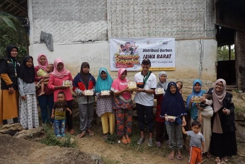 ACT Tasikmalaya membagikan daging kurban ke warga di Kampung Munjul, Desa Sukasukur, Kecamatan Cisayong, Kabupaten Tasikmalaya
