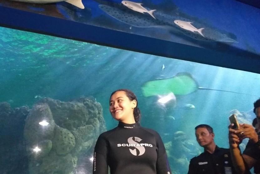 Penyanyi muda, Aaliyah Massaid usai gladi resik pengibaran bendera merah putih di dalam aquarium Seaworld Ancol, Senin (12/8).