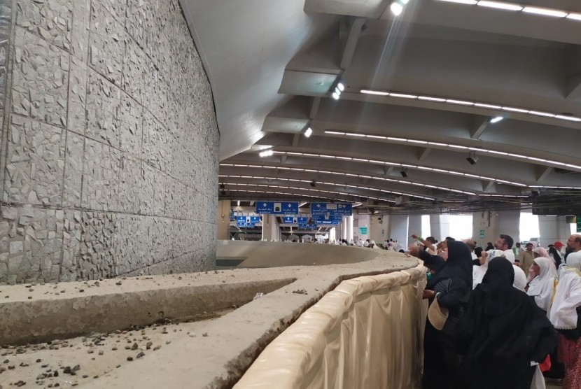 Jamaah haji melaksanakan jumrah Aqabah di Jamarat, Mina,  (12/8). Tampak kondisi Jamarat di lantai dasar yang sepi dari jamaah. Sementara di lantai 1-3, jamaah berdesak-desakan untuk melontar jumrah. Jamaah disarankan melontar jumrah sesuai waktu yang ditetapkan agar mudah melaksanakannya.
