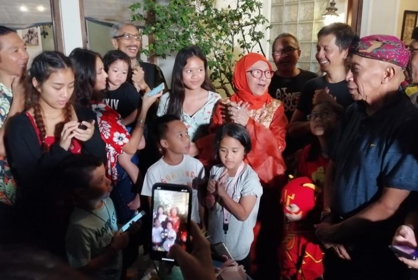 Manajer Slank Bunda Iffet Veceha Sidharta (berbaju dan berhijab oranye) merayakan ulang tahun ke-82 di kediamannya di Gang Potlot, Jakarta Selatan, Senin (12/8).