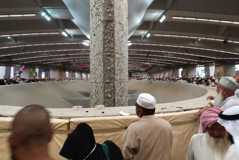 Jamaah haji dari berbagai negara melaksanakan lontar jumrah ula,  wustha, dan aqabah di Mina,  Senin (12/8). Pada Senin yang bertepatan dengan tanggal 11 Dzulhijah untuk melempar jumrah ula, wustha, dan aqabah. Senin malam waktu Arab Saudi, jamaah haji akan kembali mabit (bermalam) di Mina.
