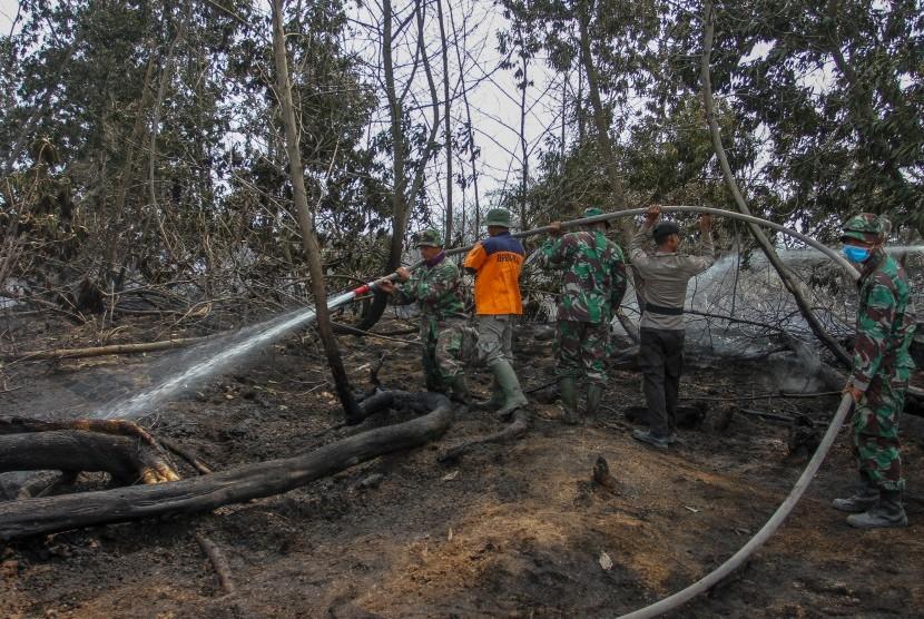 Satgas Karhutla Riau melakukan pemadaman bara api kebakaran lahan gambut di Kabupaten Pelalawan, Riau, Selasa (13/8/2019).