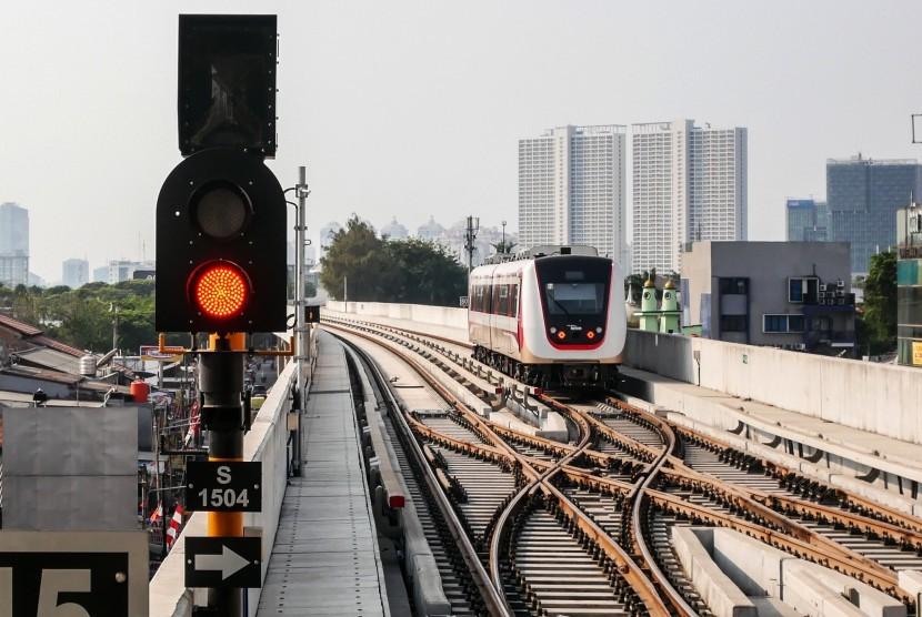 Rangkaian kereta LRT meninggalkan Stasiun Velodrome, Jakarta, Selasa (13/8/2019).