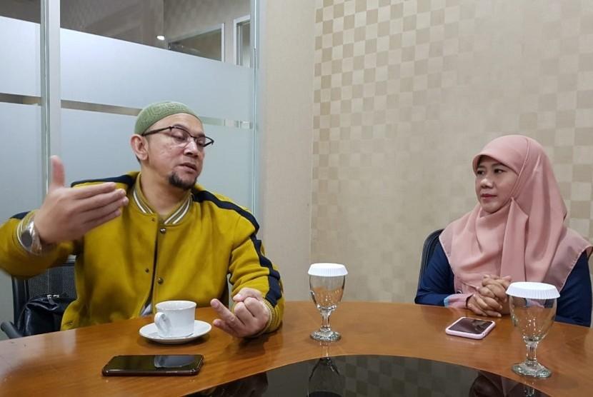 Ustaz Erick Yusuf dan Asma Nadia saat berbincang tentang film baru yang akan launching September mendatang di Republika, Rabu (14/8).
