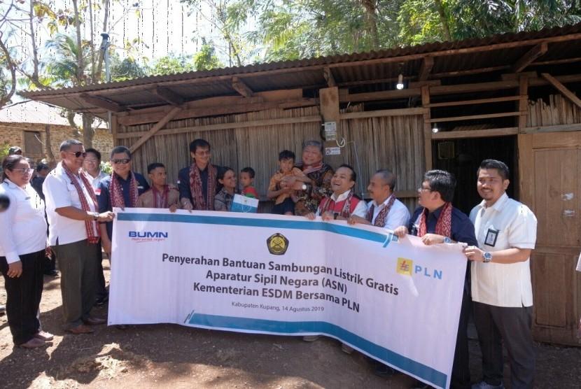 Jajaran petinggi Kementerian ESDM dan PLN usai pemasangan instalasi listrik di Desa Sonraen, Kecamatan Amarasi Selatan, kabupaten Kupang, Provinsi Nusa Tenggara Timur pada Rabu, (14/8)