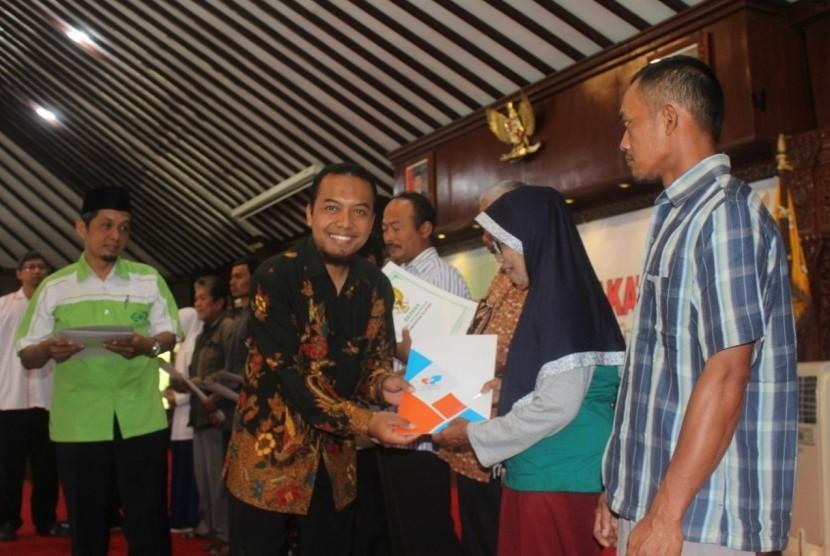 Solopeduli menyerahkan bantuan untuk pelaksanaan Program Rehabilitasi Rumah Tidak Layak Huni (RTLH) di Klaten. Bantuan tahap pertama diberikan kepada warga Kalikotes, Klaten, Duwono Raharjo yang diserahkan di Pendopo Pemkab Klaten pada Rabu (14/8).