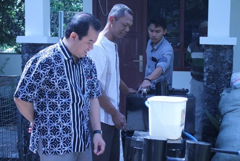 Lembaga Penelitian dan Pengabdian Masyarakat (LPPM) Universitas Muhammadiyah Surakarta (UMS) melakukan uji coba pengolahan limbah plastik menjadi bahan bakar minyak. Alat tersebut ditemukan warga Tegal, Jawa Tengah, Utomo Widyo, yang kemudian bekerja sama dengan LPPM UMS.