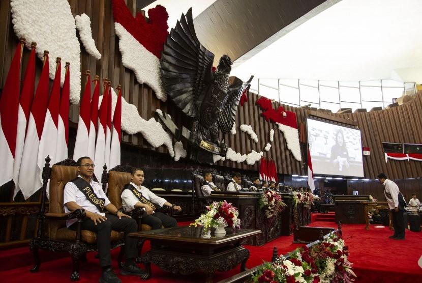Pegawai melakukan geladi bersih pelaksanaan Sidang Tahunan MPR 2019 di Kompleks Parlemen, Senayan, Jakarta, Kamis (15/8/2019).