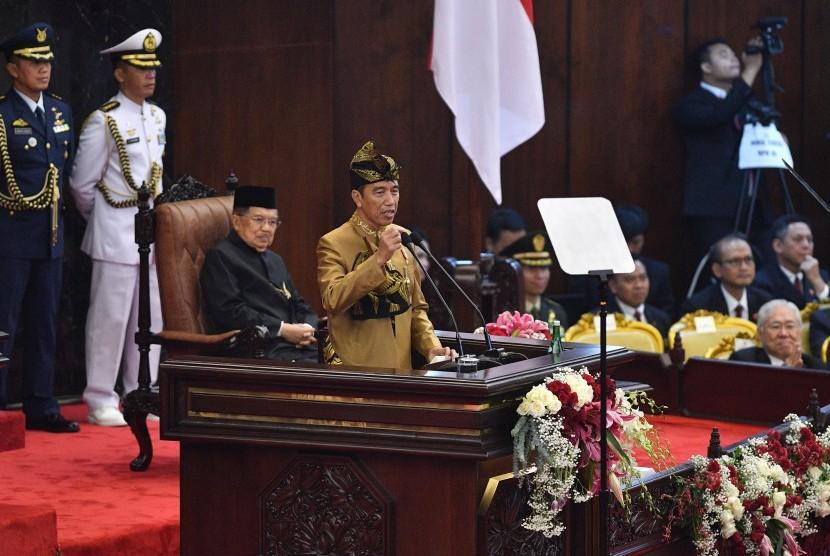 Presiden Joko Widodo dengan baju adat suku Sasak NTB menyampaikan pidato kenegaraan dalam rangka HUT Ke-74 Kemerdekaan RI dalam Sidang Bersama DPD-DPR di Kompleks Parlemen, Senayan, Jakarta, Jumat (16/8/2019).