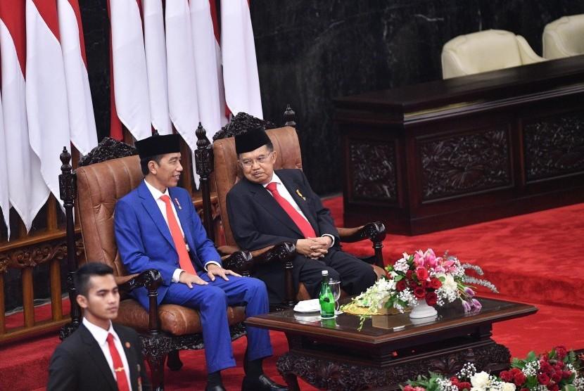 Presiden Joko Widodo (kiri) bersama Wakil Presiden Jusuf Kalla menghadiri Sidang Tahunan MPR di Kompleks Parlemen, Senayan, Jakarta, Jumat (16/8/2019).