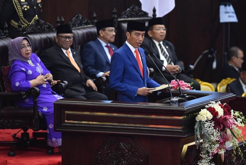 Presiden Joko Widodo menyampaikan pidato dalam rangka penyampaian RUU tentang APBN TA 2020 disertai nota Keuangan dan dokumen pendukungnya dalam sidang Paripurna DPR di Kompleks Parlemen, Senayan, Jakarta, Jumat (16/8/2019).
