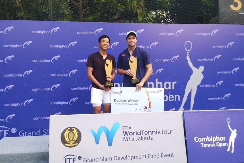 Petenis Indonesia, Justin Barki (kiri) bersama Ruan Roelofse (kanan) dari Afrika Selatan menjuarai Combiphar Tennis Open setelah menundukkan pasangan Jepang, Hiroyasu Ehara dan Sho Shimabukuro dalam dua set dengan skor 7-6 (3) dan 6-4, Sabtu (17/8).