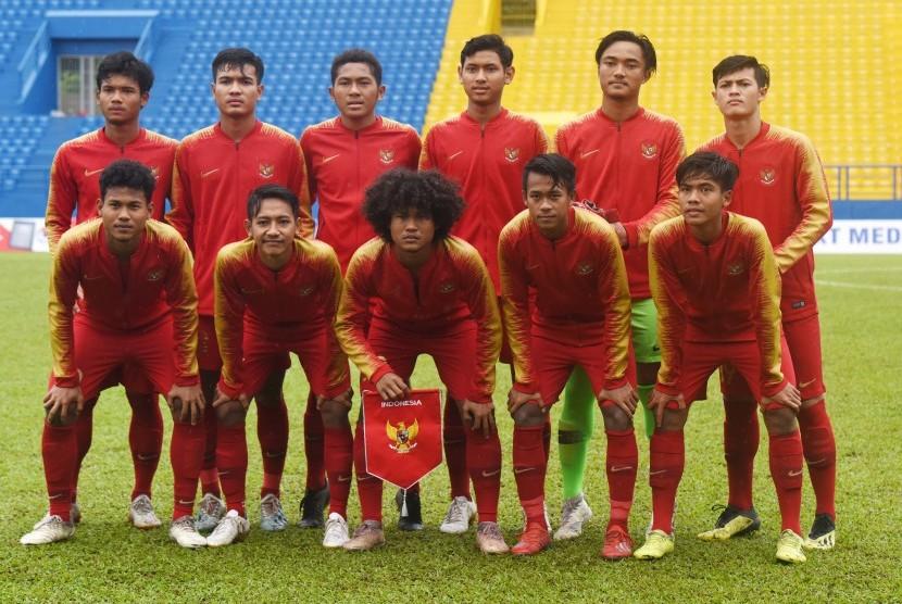 Pesepak bola Timnas Indonesia U-18 berfoto bersama saat akan bertanding melawan Malaysia pada semifinal Piala AFF U-18 di Stadion Go Dau di Provinsi Binh Duong, Vietnam, Sabtu (17/8/2019).