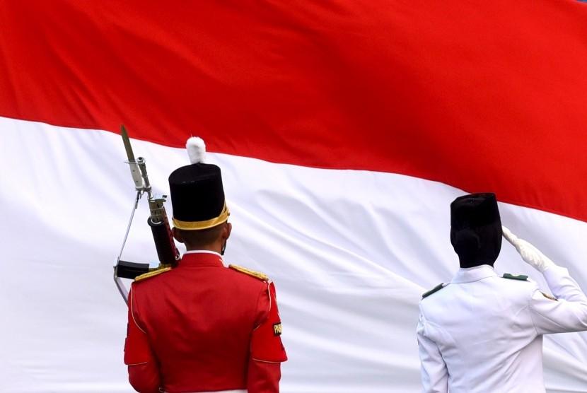 Pasukan Pengibar Bendera Pusaka (Paskibraka) memberi hormat saat Upacara Penurunan Bendera Merah Putih dalam rangka HUT ke-74 Kemerdekaan RI di Istana Merdeka, Jakarta, Sabtu (17/8/2019).