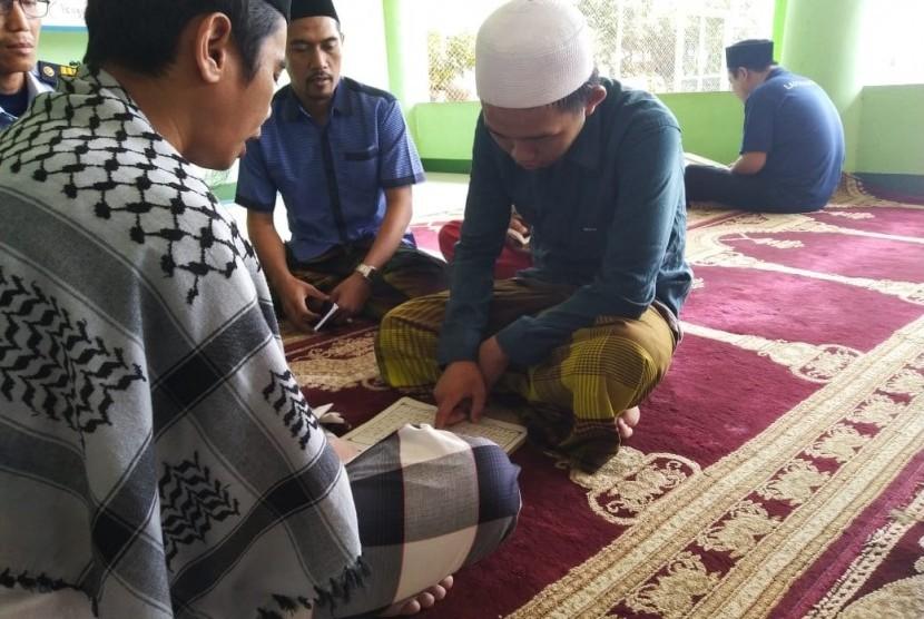Mualaf yang baru mengucap Syahadat Mei lalu di Lapas Kelas II A Serang, Erik Setiawan (22) yang sudah berganti nama menjadi Muhammad Abdul Hamid, Senin (19/8).