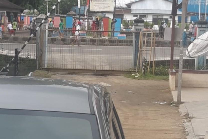 Warga melakukan pembakaran ban dan pemblokiran jalan di Jalan Ahmad Yani, Sorong, Papua Barat.