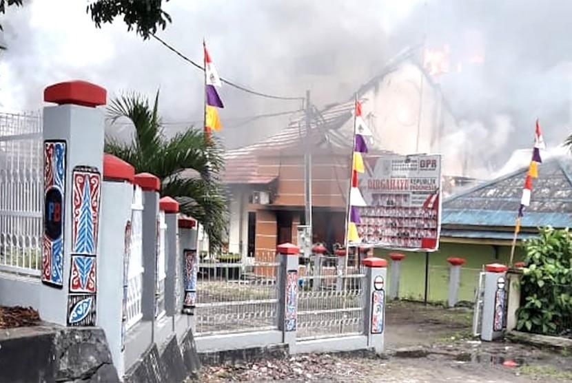 Asap membumbung dari gedung kantor Dewan Perwakilan Rakyat Daerah (DPRD) Papua Barat di Manokwari, yang dibakar massa, Senin (19/8/2019).