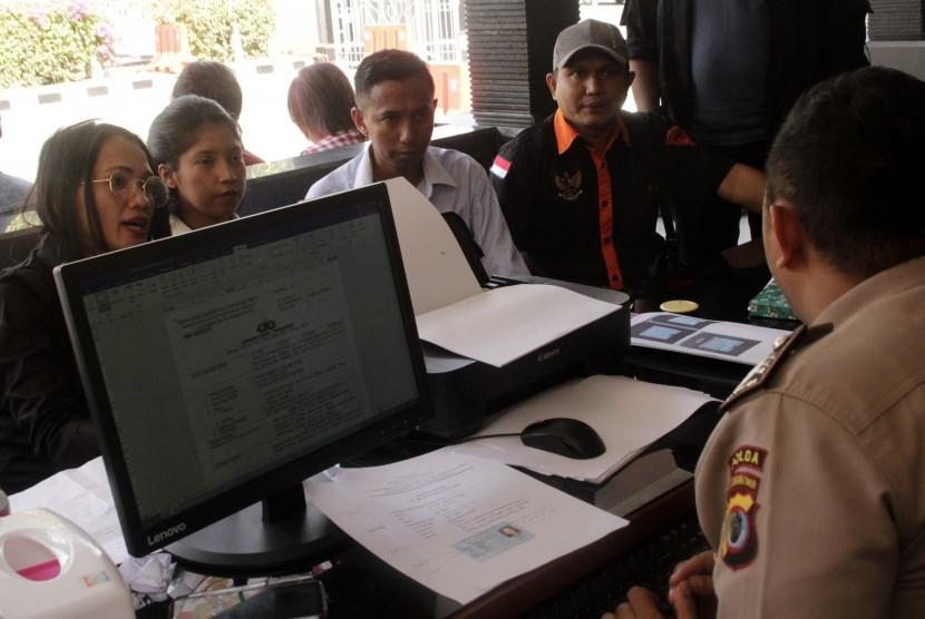 Kuasa hukum organisasi massa (ormas) Brigade Meo, Yacoba Susanti Siubelan (kiri) bersama sejumlah kuasa hukum lainnya dan Ketua Brigade Meo NTT Jacobis Mercy Siubean (kanan), melaporkan Ustad Abdul Somad ke Polda NTT di Kota Kupang, NTT, Senin (19/8/2019).