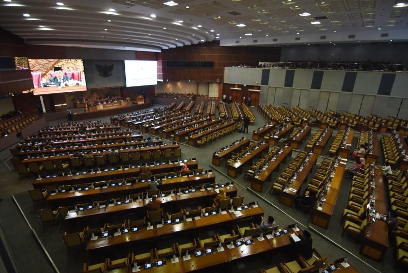 Sejumlah anggota DPR menghadiri Rapat Paripurna DPR di antara bangku yang tak terisi di Kompleks Parlemen, Senayan, Jakarta, Selasa (20/8/2019).