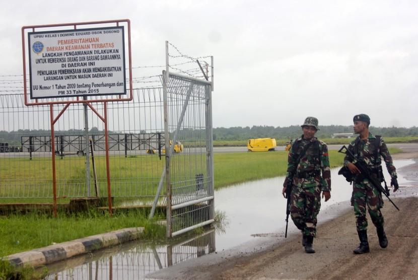 Prajurit TNI AD berjaga di kawasan Bandara Domine Eduard Osok (DEO) Kota Sorong, Papua Barat, Selasa (20/08/2019).