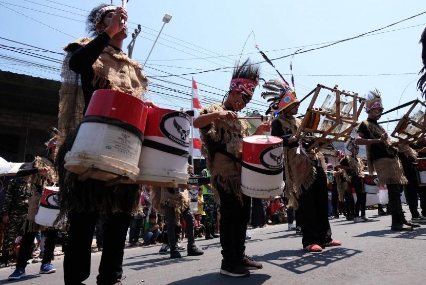 Sejumlah pemuda berpakaian adat Papua memainkan musik 'Drum Blek' saat kirab budaya nusantara di Kandangan, Temanggung, Jawa Tengah, Selasa (20/8/2019).