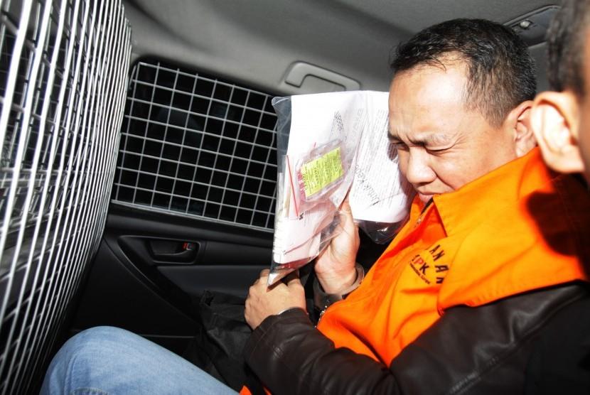 Jaksa Kejaksaan Negeri Yogyakarta Eka Safitra berada di mobil tahanan usai diperiksa terkait Operasi Tangkap Tangan (OTT) kasus dugaan suap di Gedung KPK, Jakarta, Selasa (20/8/2019).