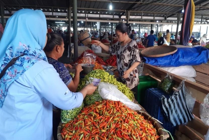 Aktivitas pedagang cabai di Pasar Legi, Solo, Rabu (21/8). Harga cabai di Pasar Legi sudah mulai turun sejak pekan lalu.