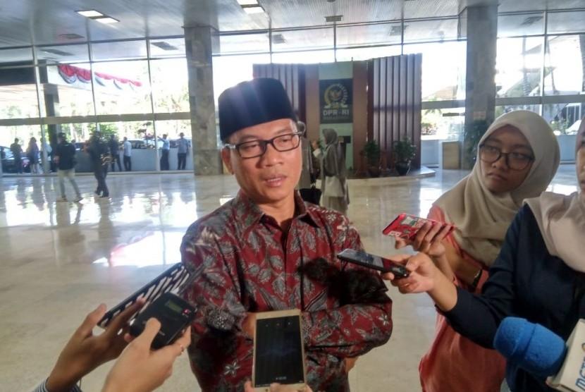 Anggota Komisi II DPR Fraksi Partai Amanat Nasional (PAN) Yandri Susanto, menanggapi pengadaan mobil dinas untuk menteri, di Gedung Nusantara III, Komplek Parlemen RI, Jakarta, Rabu (21/8).