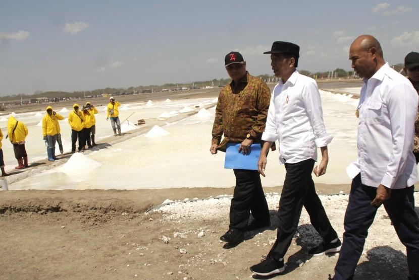 Presiden Joko Widodo (tengah) didamping Menteri Perindustrian Airlangga Hartarto (kiri) dan Gubernur NTT Viktor B Laiskodat meninjau lokasi tambak garam yang dikelola PT Timor Livestock Lestari di desa Nunkurus Kabupaten Kupang, NTT (20/8/2019).