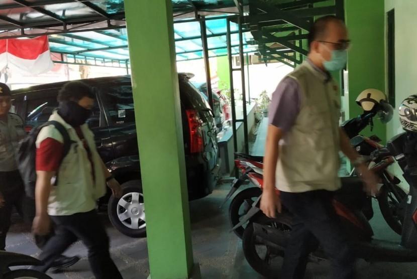 Penyidik Komisi Pemberantasan Korupsi (KPK) menggeledah Dinas  Pekerjaan Umum Perumahan dan Kawasan Permukiman (PUPKP) dan Badan Layanan  Pengadaan (BLP) Kota Yogyakarta, Kamis (22/8).