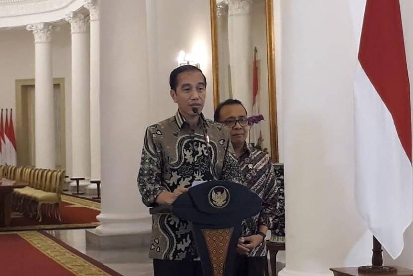 Presiden Joko Widodo (Jokowi) memberikan pernyataan pers terkait situasi terkini di Papua. Jokowi didampingi oleh Mensesneg Pratikno saat memberikan pernyataan pers di Istana Kepresidenan Bogor, Jawa Barat, Kamis (22/8).
