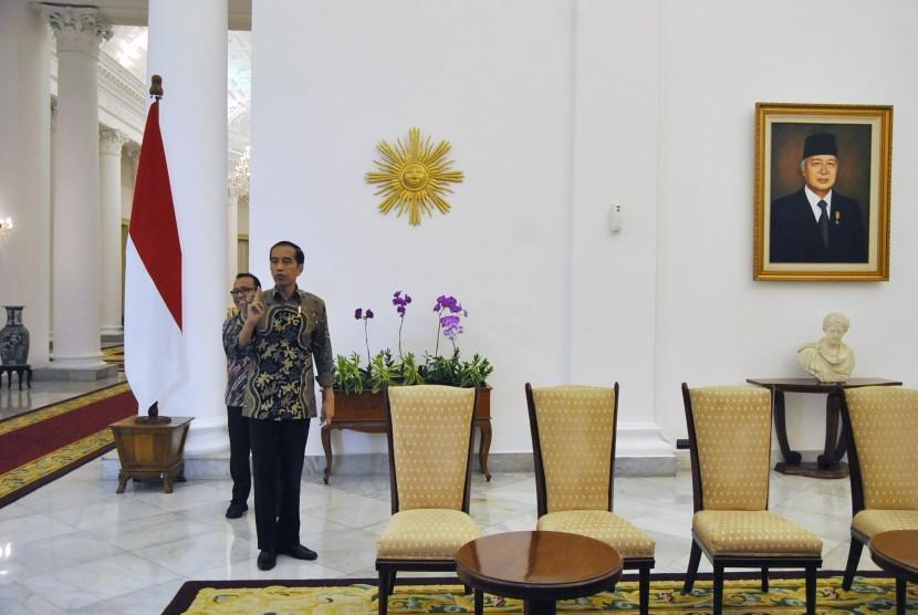 Presiden Joko Widodo (kanan) didampingi Menteri Sekretaris Negara Pratikno (kiri) mendengarkan pertanyaan awak media usai memberikan konferensi pers di Istana Kepresidenan Bogor, Jawa Barat, Kamis (22/8/2019).