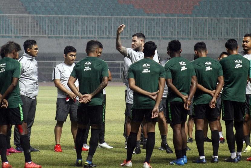 Pelatih tim nasional Indonesia senior Simon McMenemy (tengah) memberikan arahan kepada pemain timnas saat sesi latihan di Stadion Pakansari, Cibinong, Bogor, Jawa Barat, Kamis (22/8/2019).