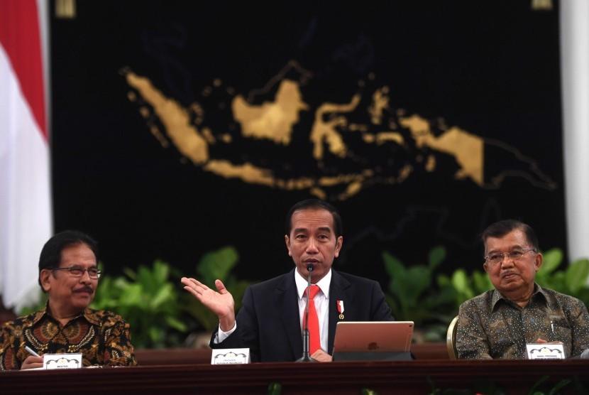 Presiden Joko Widodo (tengah) didampingi Wapres Jusuf Kalla (kanan) dan Menteri Agraria dan Tata Ruang/Badan Pertanahan Nasional (ATR/BPN) Sofyan Djalil memberikan keterangan pers terkait rencana pemindahan Ibu Kota Negara di Istana Negara, Jakarta, Senin (26/8/2019).