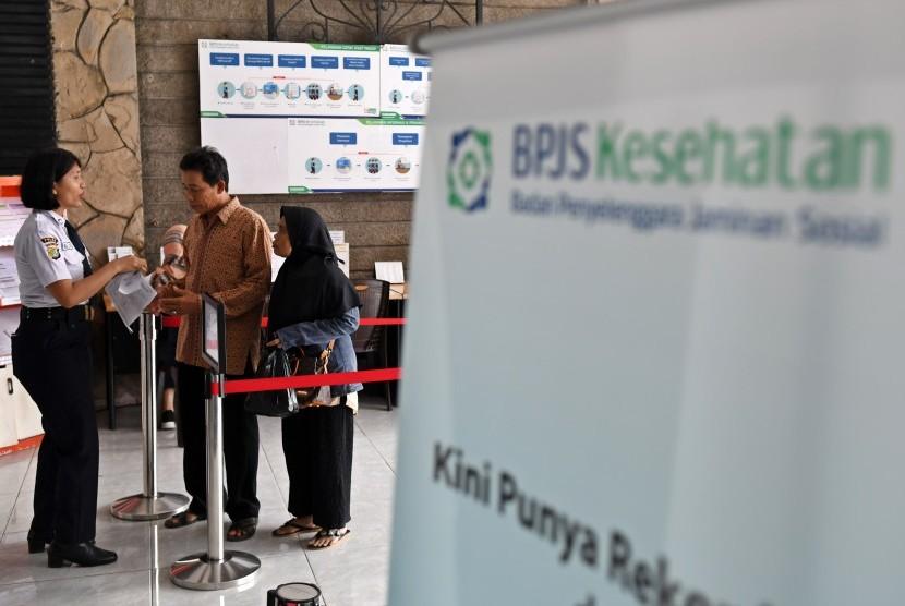 Petugas melayani warga di Kantor Pelayanan BPJS Kesehatan Jakarta Pusat, Matraman, Jakarta, Selasa (3/8/2019).