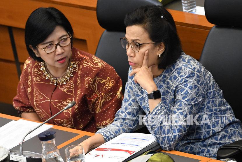 Menteri Keuangan Sri Mulyani Indrawati (kanan) berdiskusi dengan Deputi Gubernur Senior Bank Indonesia Destry Damayanti.