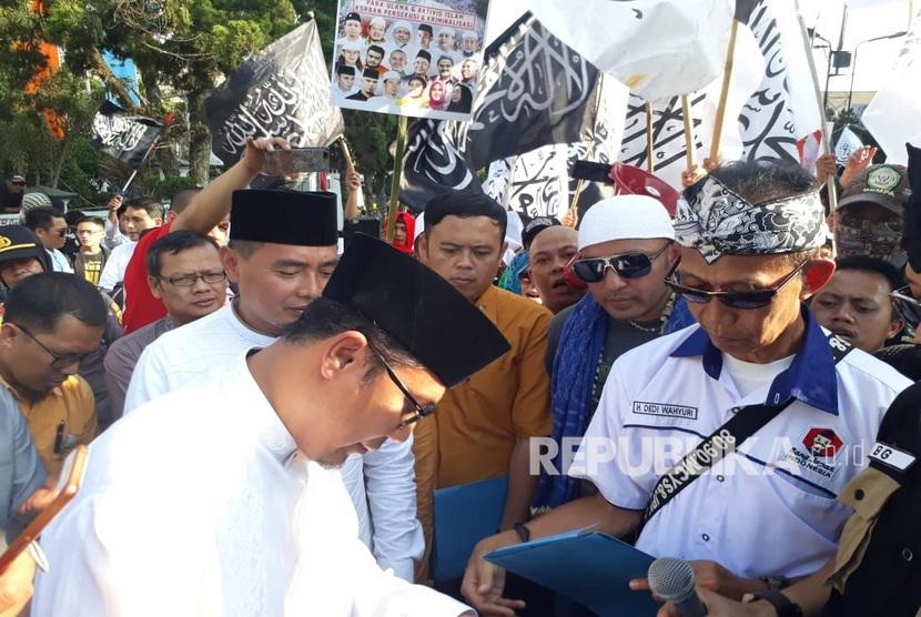 Seribuan massa dari Aliansi Muslim Indonesia Raya (AMIR) melakukan aksi damai di depan Gedung DPRD Kota Sukabumi, Jumat (6/9) siang. Mereka menolak rencana kenaikan iuran BPJS Kesehatan dan pemindahan ibukota dari Jakarta ke Kalimantan.
