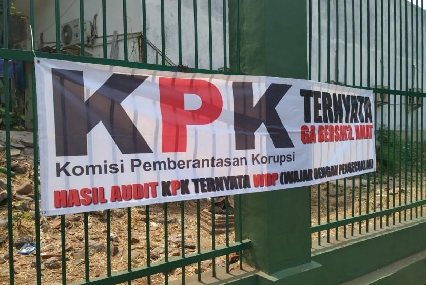 Sejumlah spanduk dukungan terhadap Panitia Seleksi Calon Pimpinan Komisi Pemberantasan Korupsi  (Pansel Capim KPK) terbentang di pagar Kompleks Parlemen, Senayan, Senin (9/9).