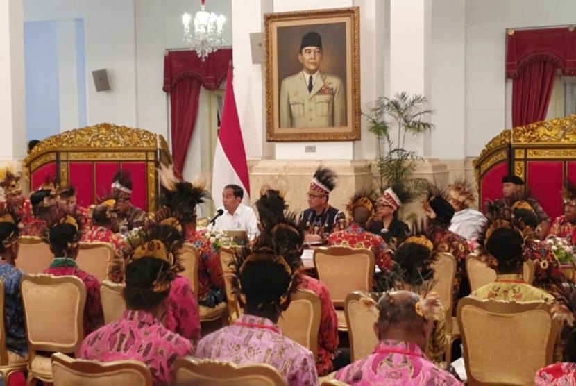 Presiden Joko Widodo menerima sejumlah tokoh Papua dan Papua Barat di Istana Negara, Jakarta, Selasa (10/9). Dalam pertemuan ini, para tokoh Papua dan Papua Barat menyampaikan sejumlah permintaan kepada Presiden.