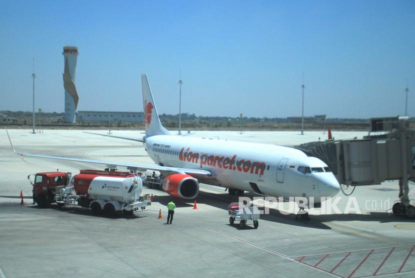 Petugas mengisi avtur ke pesawat di Bandara BIJB Kertajati, Majalengka, Jawa Barat, Selasa (10/9/2019).