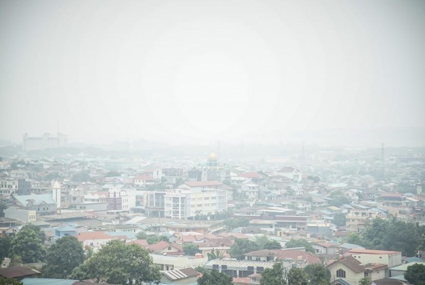 Kabut asap menyelimuti kawasan Bengkong, Batam, Kepulauan Riau, Selasa (10/9/2019).