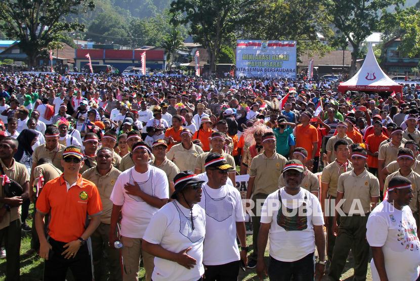 Gubernur Papua Barat Dominggus Mandacan (ketiga kiri) bersama warga menghadiri deklarasi damai di lapangan Borarsi Manokwari, Papua Barat, Rabu (11/9/2019).
