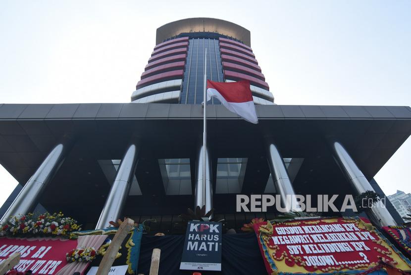 Bendera Merah Putih berkibar setengah tiang di halaman gedung KPK, Jakarta, Kamis (12/9/19).