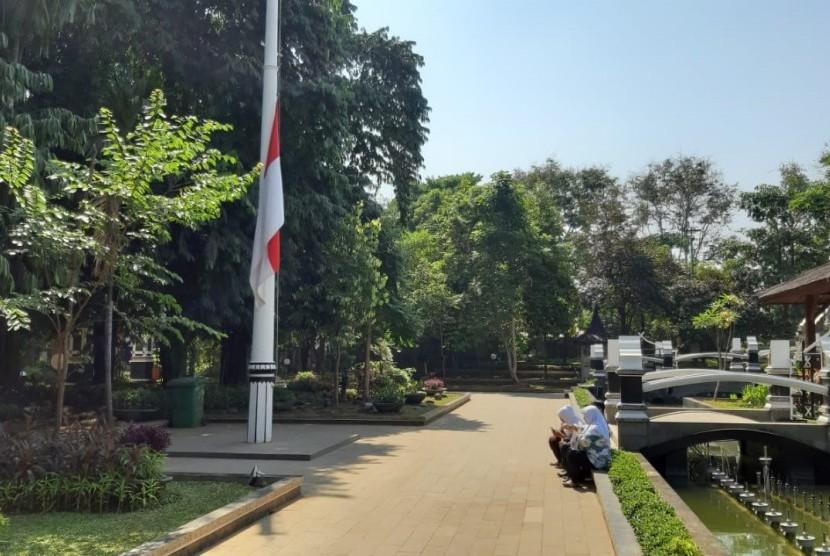 Bendera setengah tiang di Pendopo Pemkab Purwakarta, Kamis (12/9)