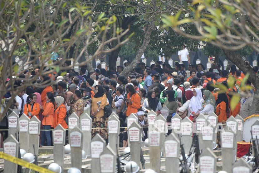 Sejumlah kerabat dan warga berada di Taman Makam Pahlawan Nasional Utama Kalibata untuk menghadiri pemakaman almarhum Presiden ke-3 Republik Indonesia BJ Habibie di Jakarta, Kamis (12/9/2019).
