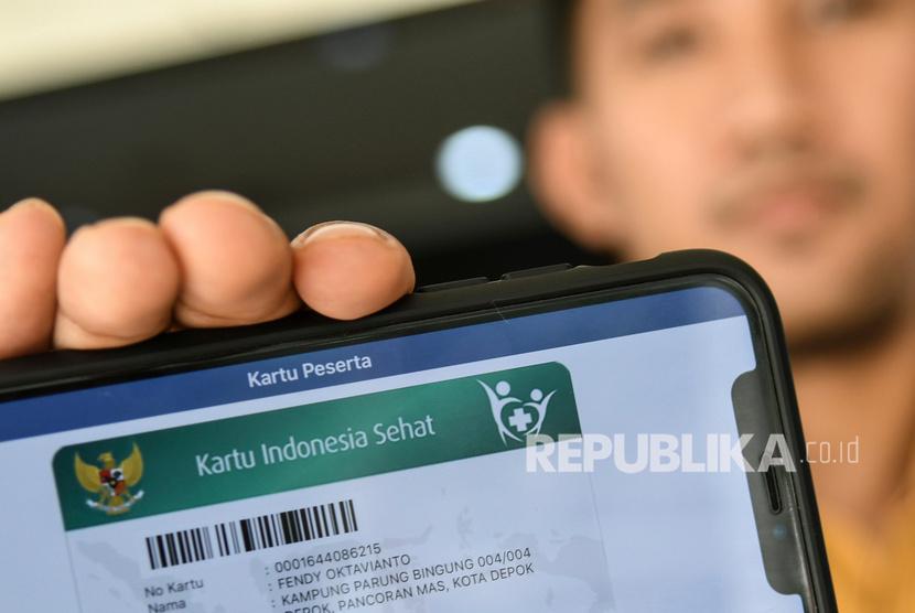 Petugas BPJS Kesehatan menunjukan kartu Jaminan Kesehatan Nasional (JKN) online miliknya di kantor Pelayanan BPJS Kesehatan Jakarta Selatan, Jumat (13/9/2019).