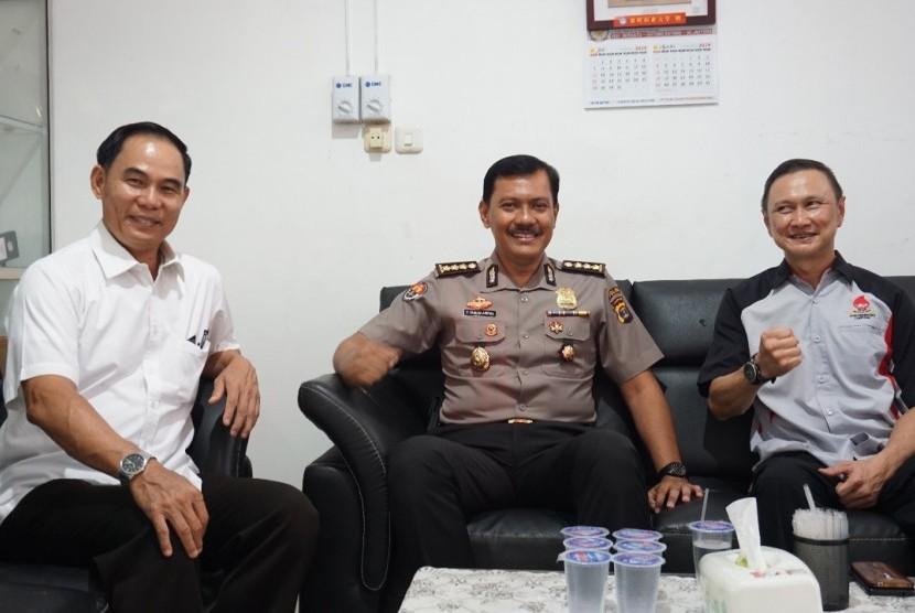 Kabid Humad Polda Lampung Kombes Pol Zahwani Pandra Arsyad (tengah).