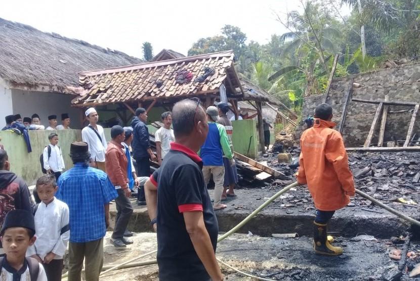 Kebakaran terjadi di Pondok Pesantren Maniis, Desa Bengkok, Kecamatan Salopa, Kabupaten Tasikmalaya, Jumat (20/9). Kerugian diperkirakan mencapai ratusan juta rupiah